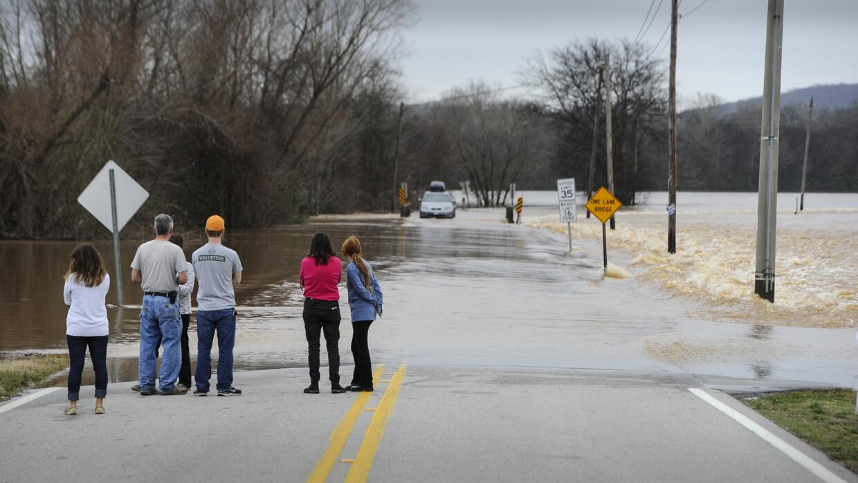 Carretera interestatal cortada por la crecida del río