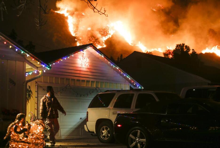 Las luces navideñas que decoraban las casas en el condado de Santa Barba...