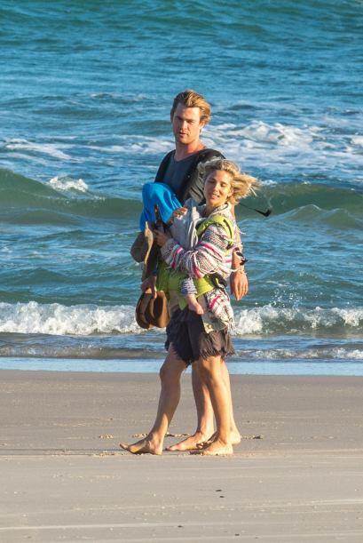 Minutos después, la bella pareja se encontraba paseando a la oril...