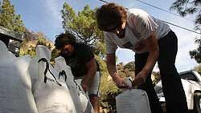 Las autoridades repartieron bolsas de arena para que los residentes se p...