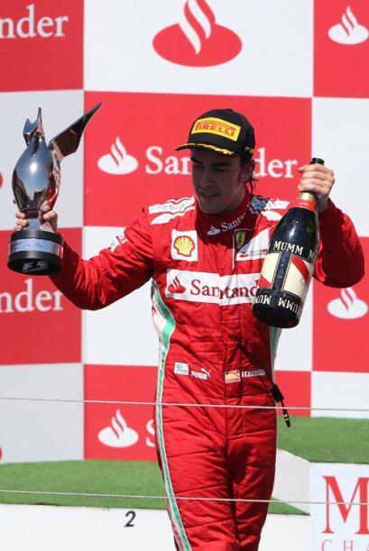 Alonso presumió su trofeo y el que ahora lidera el Campeonato.