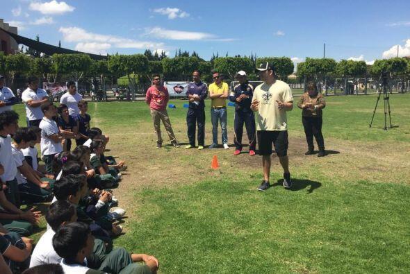 Jesús Alvarez, responsable social y de eventos NFL México invitó a Adrie...