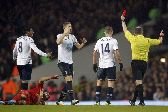 En el complemento, Paulinho vio la tarjeta roja para dejar a los 'Spurs'...