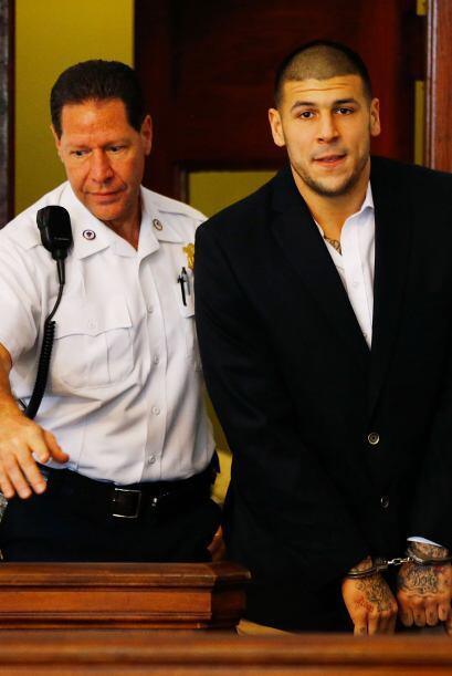 Mayo 15 - Aaron Hernández enfrenta más cargos de asesinato. El ex jugado...