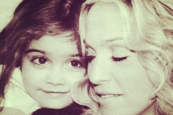 La cantante posteó algunas imágenes de su adorable hija y le envió un em...
