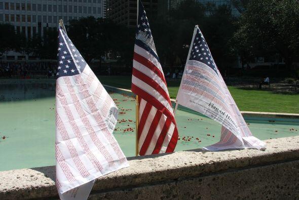 Mientras que en el estanque se habían colocado tres banderas con un sign...