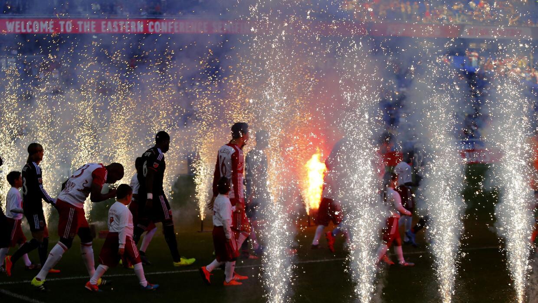 Salida iluminada para New York Red Bulls y DC United en el Red Bull Arena.