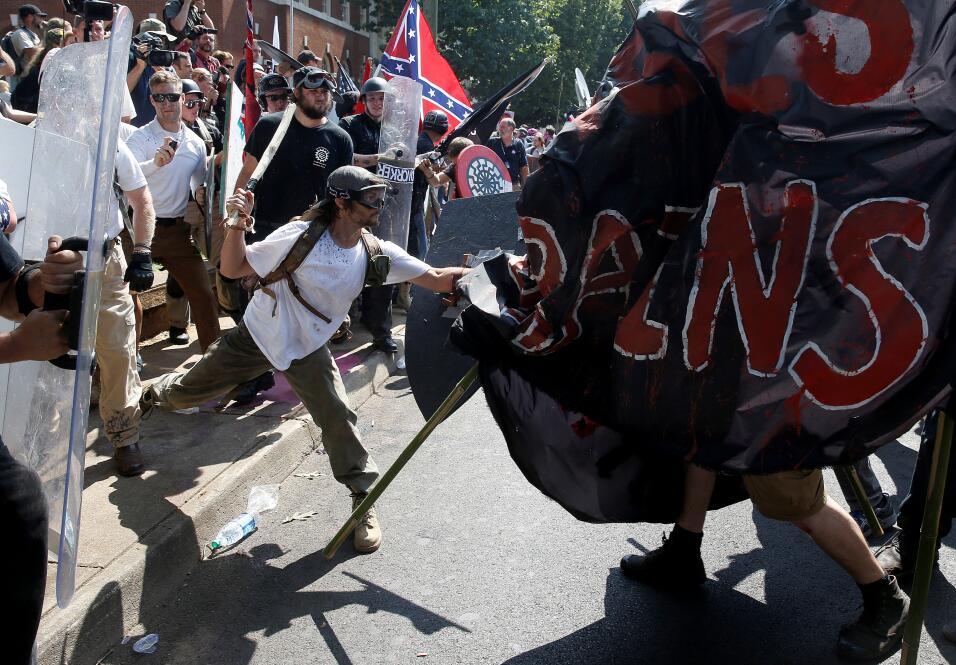 Supremacistas armados de escudos y garrotes enfrentan a los manifestante...
