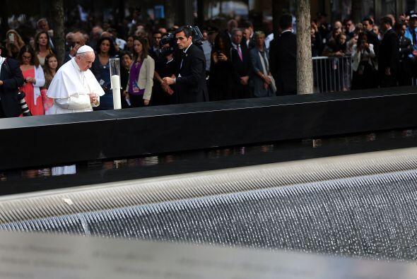 El pontífice hace una pausa en honor de las víctimas.