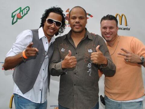 Raúl Acosta y miembros del grupo merenguero Oro Sólido pos...