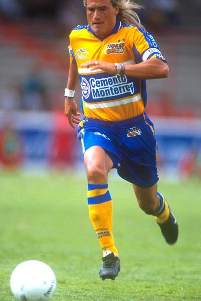 En 1998 Luis Hernández dejaría al Necaxa para jugar cuatro temporadas co...