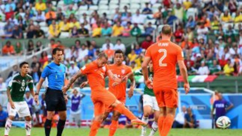 Wesley Sneijder en el momento de anotar su gol contra México.