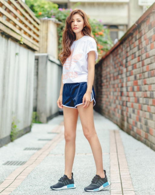 Adolescente japonesa toma el video de como es follada al verse en el espejo - 1 8