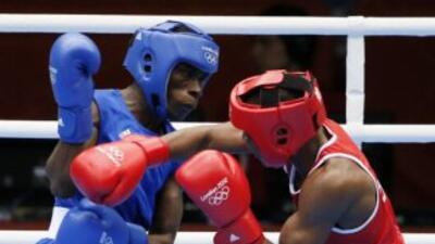 William Encarnación (azul) se complicó con el boxeo de Mohamed Ouadahi (...