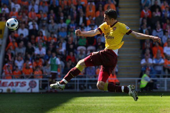 El holandés Robin van Persie no quería irse de este juego sin marcar.