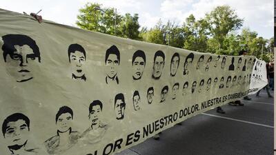Estudiantes de Ayotzinapa buscan intensamente a sus compañeros desaparec...