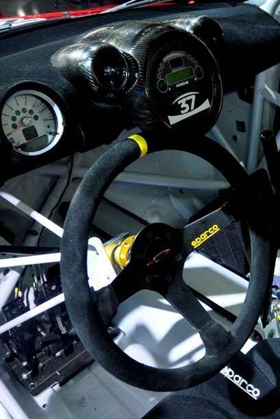La cabina exuda un diseño deportivo, repleto de tecnología y con materia...