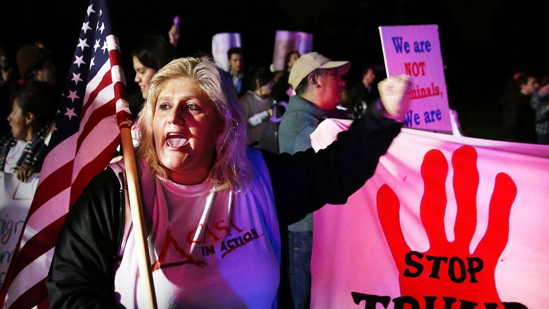 Ivania Castillo protesta afuera de un mitin de Donald Trump diciembre 2,...