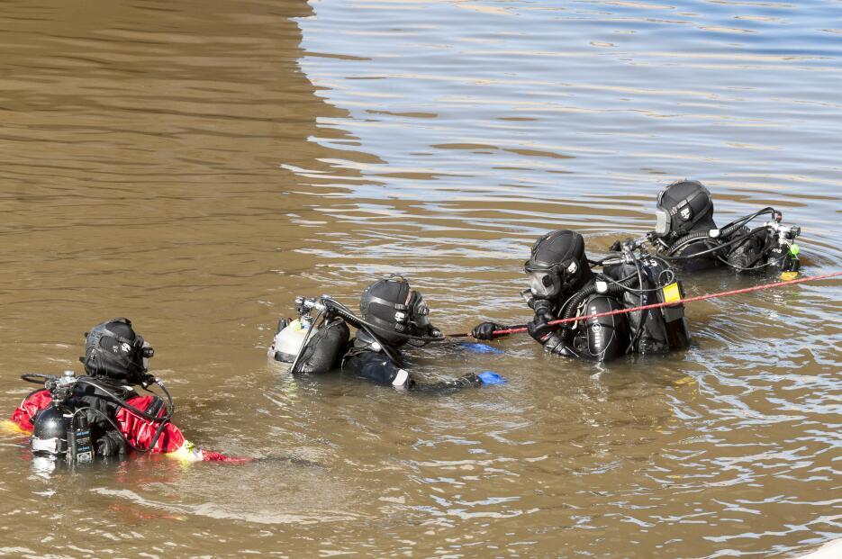 Los buzos del Sheriff del condado de San Bernardino buscaron a Noah dura...