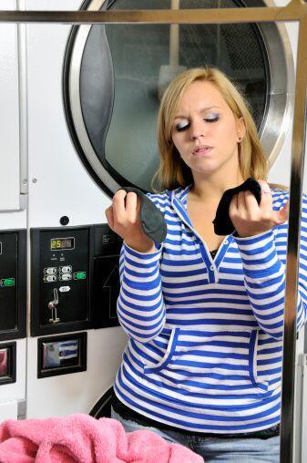 Lava la ropa de color negro o colores oscuros, usando sólo agua fría par...