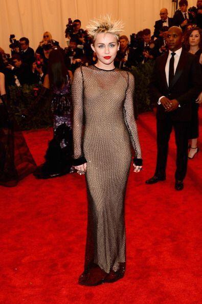 Miley Cyrus se dejó enamorar y llevó la tendencia 'nude dress' muy a su...