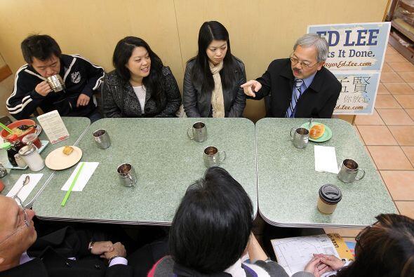 Lee se tomó un rato para tomar té con amigos y colaboradores.