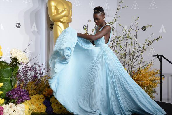 """Y su vestido """"azul Nairobi"""" Lupita Nyong'o lo lució y l..."""