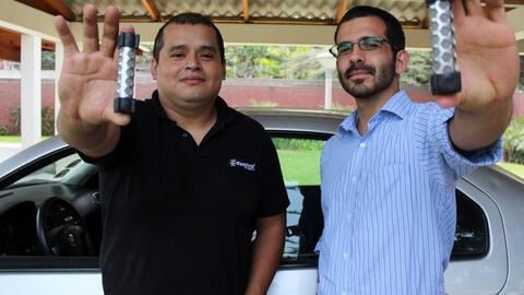 Rodrigo Coquis y Darío Lazo muestran su invento.