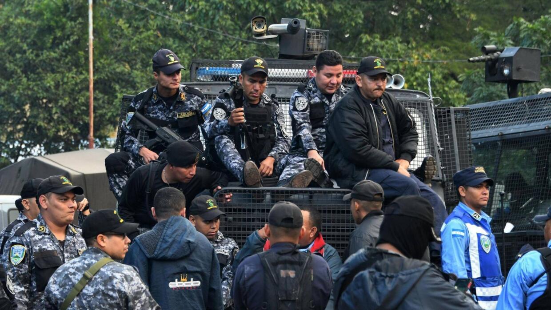 Miembros de la Policía Nacional de Honduras y oficiales de policía perte...