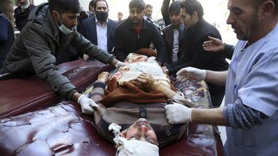 En fotos: Ataques simultáneos a un centro cultural en la capital de Afganistán dejan decenas de muertos y heridos