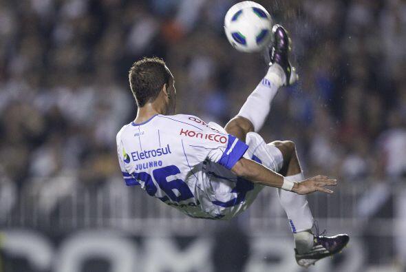 Juninho del Avai se manda una linda media chilena en el partido ante el...