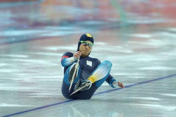 Daniel Greig, de Australia, cayó sobre el hielo mientras calentaba para...
