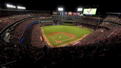 El Globe Life Park, estadio de los Rangers, uno de los recintos financia...