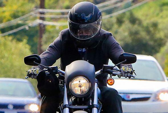 El casco lo protege de las cámaras.