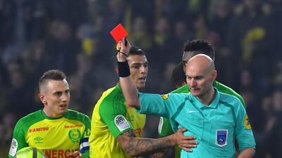 Tres meses de suspensión al árbitro francés que dio una patada a un jugador