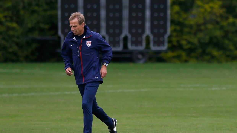 Jürgen Klinsmann pateando una pelota