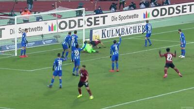 Tiro-centro peligroso que Hanno Behrens concretó para que el Nürnberg empate