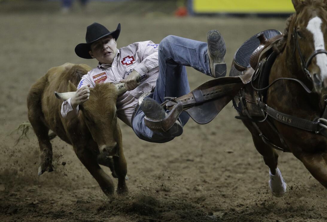 La rudeza e intesidad de los Nacionales de Rodeo en Las Vegas AP_1634415...