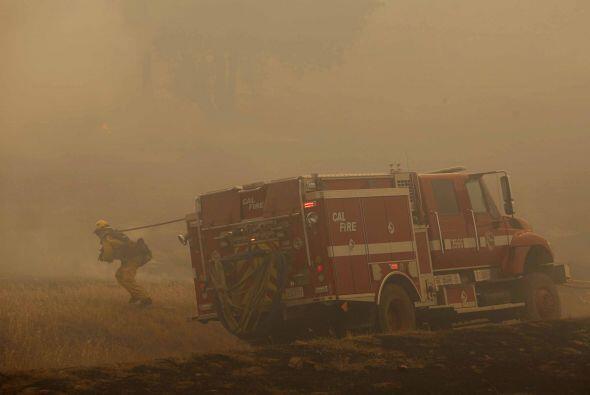 20 mil evacuados y miles de bomberos trabajan desde tierra para sofocar...