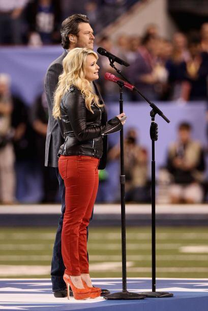 La dupla de country Miranda Lambert y su esposo Blake Shelton interpreta...