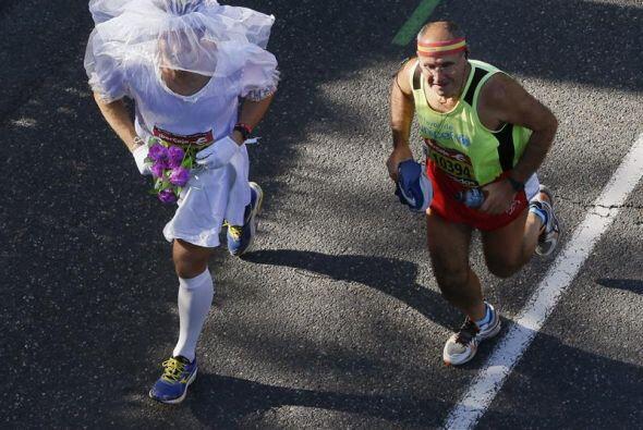 Un corredor disfrazado de novia Durante la maratón de Madrid.