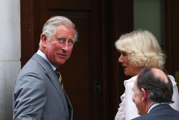 El orgulloso abuelito y la Duquesa de Cornwall llegaron al hospital a vi...