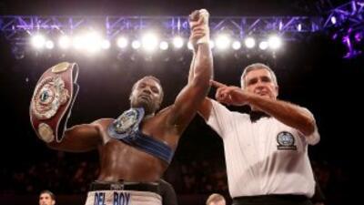 Dereck Chisora con el cinturón internacional y el recién conquistado cin...