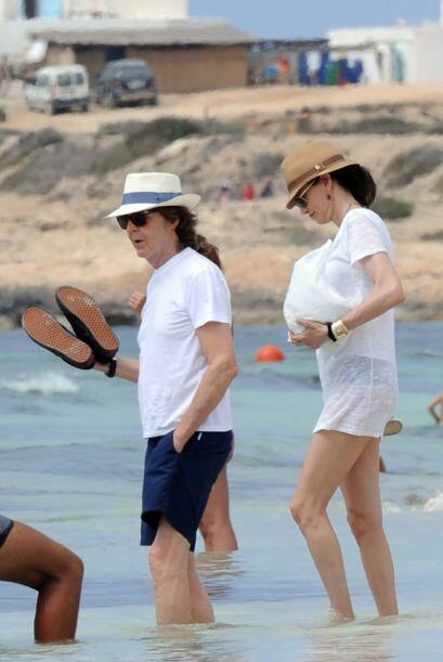 Se dieron tiempo para platicar mientras daban un paseo por la playa.   M...