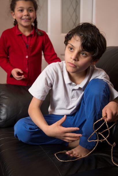 Los hermanos menores de Callum, le ayudan a su madre Stephanie a cuidar...