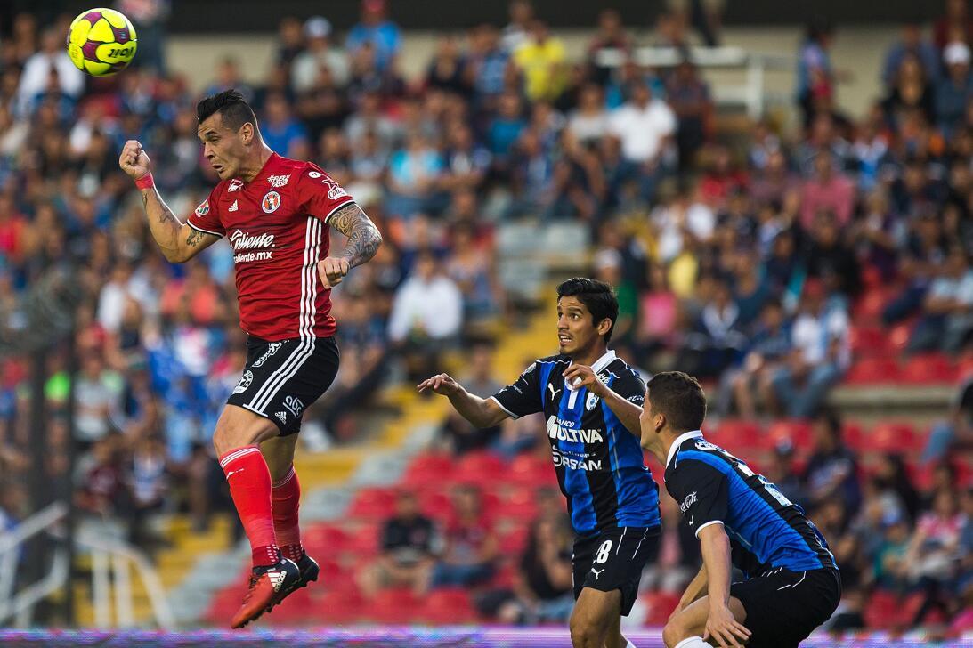 Los Xolos liquidaron a los Gallos en el Estadio Corregidora Martin Carag...
