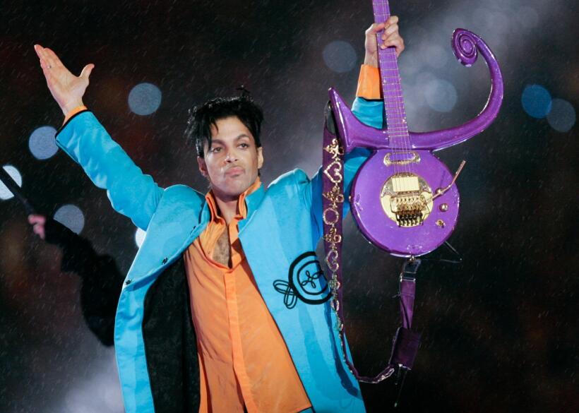 Así recordamos a Prince durante el Super Bowl XLI el 4 de febrero...