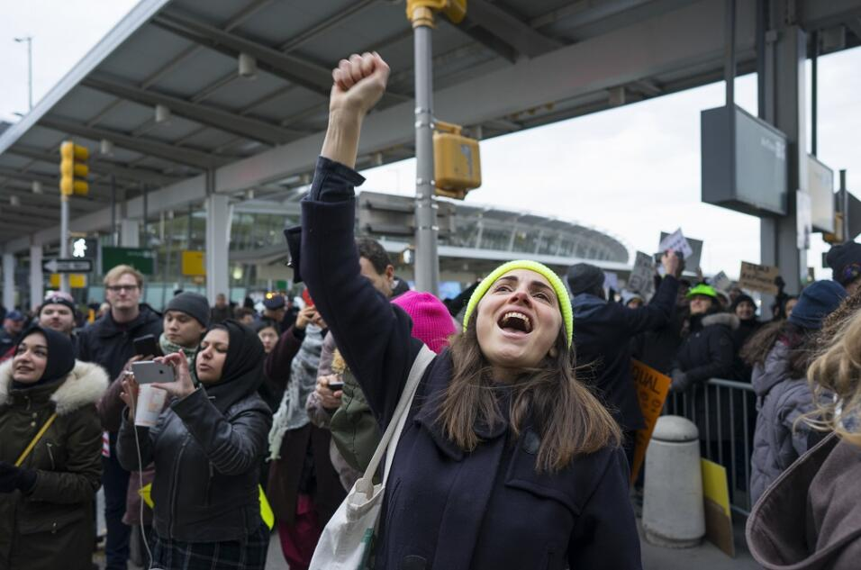 Los manifestantes saludaron con alegría la decisión de una...