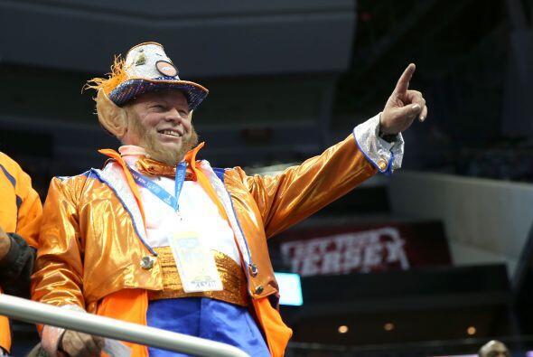 Un fan de los Broncos emocionado con el Media Day (AP-NFL).