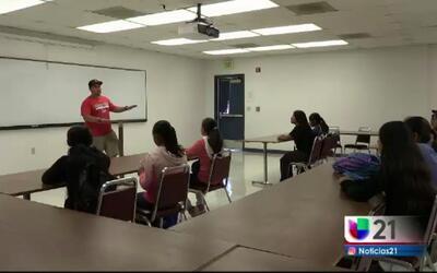 Estudiantes recorren la universidad de Fresno para aprender sobre carrer...
